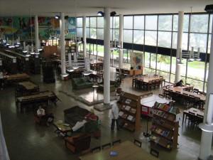 Interior de uma biblioteca em Medellín, Colômbia
